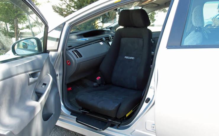 トヨタ・プリウスにレカロ助手席回転シートを装着しました。