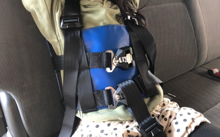 車載用座位保持ベルト「ドライブハーネス」の装着&調整方法をご紹介します。