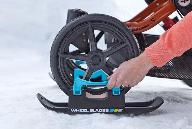 シーティングバギーやベビーカー用のスキー「ホイールブレード XL」の装着方法