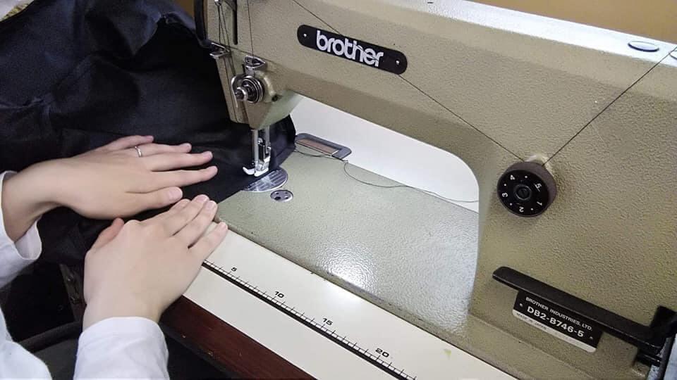 テレウスの車いす用アンダーバッグは、日本人の職人さんが 一つ一つ思いを込めて手作業で縫製を行っている商品です