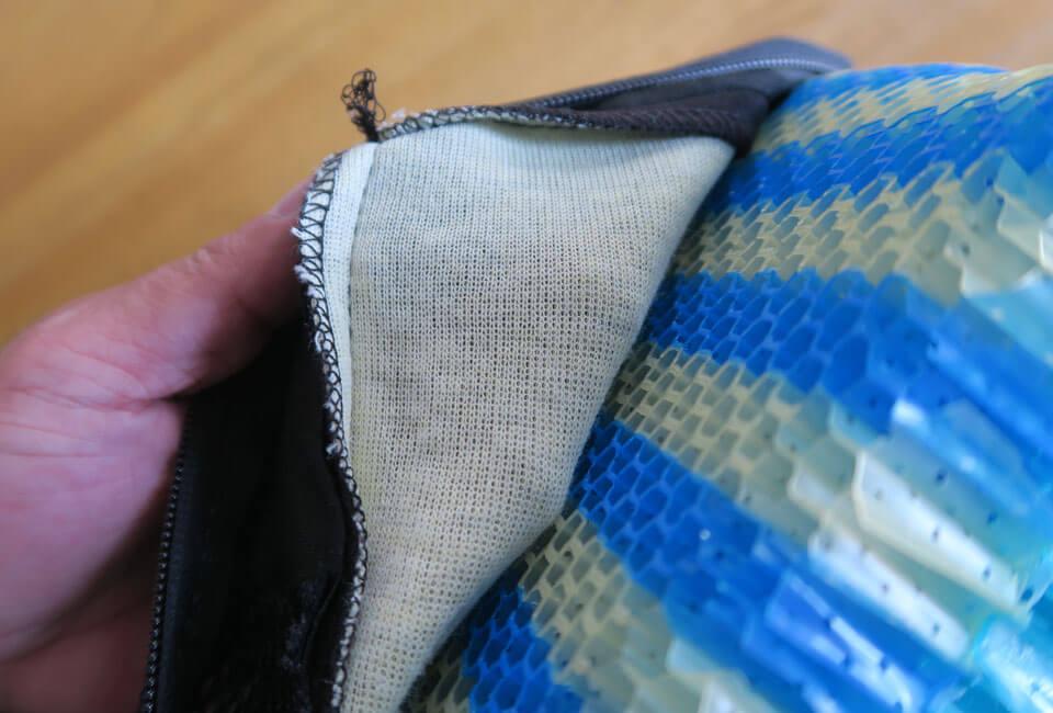 """スティムライトクッションのカバーの裏側に縫われている""""黄色っぽい生地""""の素材"""