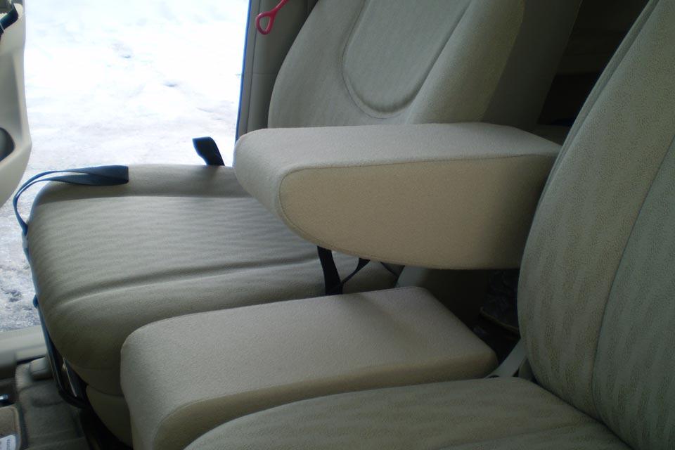 座面フラット改造事例 〜トヨタ・ポルテ助手席リフトアップシート車〜 特注アームレスト製作