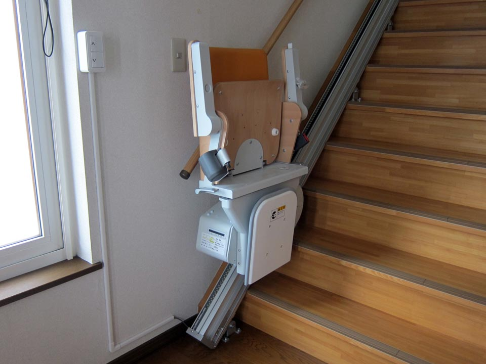 「いす式階段昇降機」エスコートスリム 設置完了!