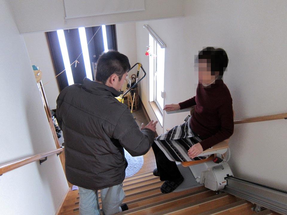 「いす式階段昇降機」エスコートスリム 設置完了後の説明中