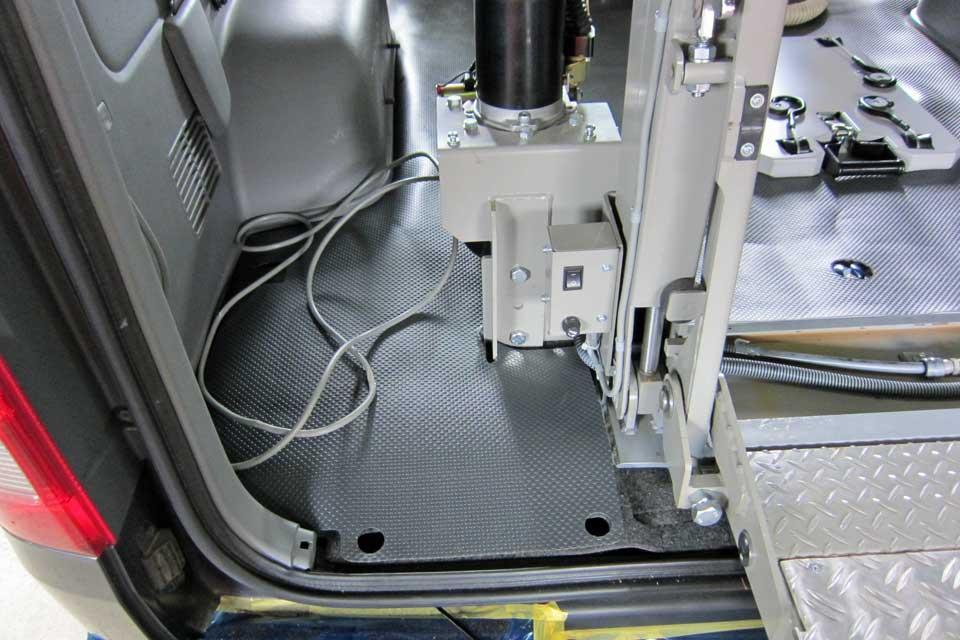 ハイエース200系 和光工業 車いすKリフト架装