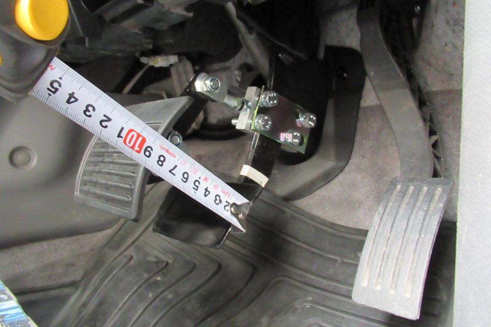 マツダ・アクセラ教習車にスウェーデン・オートアダプト製のペダル延長システム「ミニペダルエクステンション」を装着!