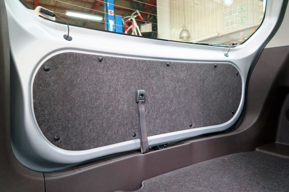 トヨタ・ポルテにバックゲートストラップを装着しました♪
