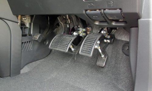 無事に免許を取得して、マイカーとして購入したトヨタ・タンクにオートアダプト製ペダル延長システムを移設しました♪