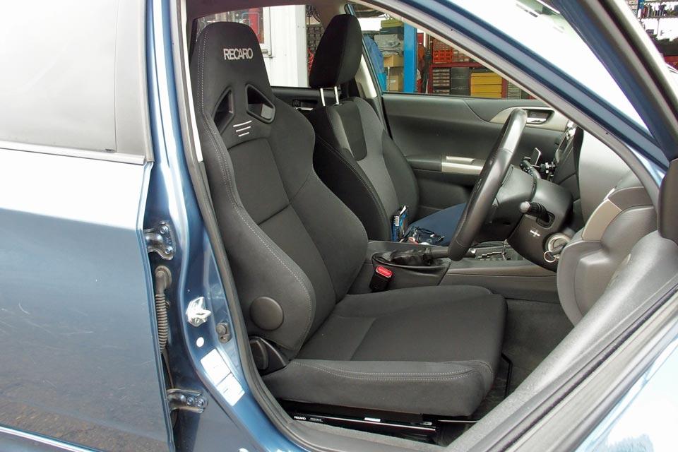スバル・インプレッサに「RECARO(レカロ)シート」を装着させていただきました♪(※福祉でもトラックでもありません(笑))