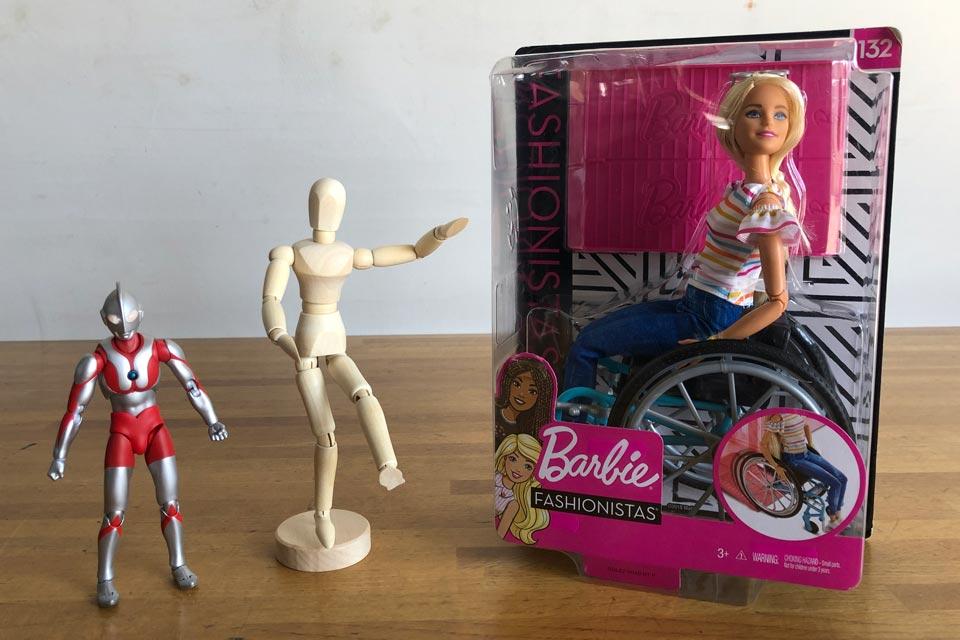 ウルトラマンと木製デッサン人形と、車いすバービー人形