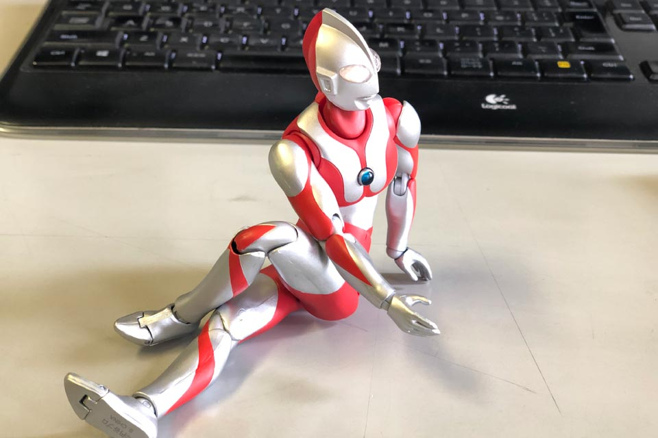 ウルトラマンが準備体操のストレッチをしています