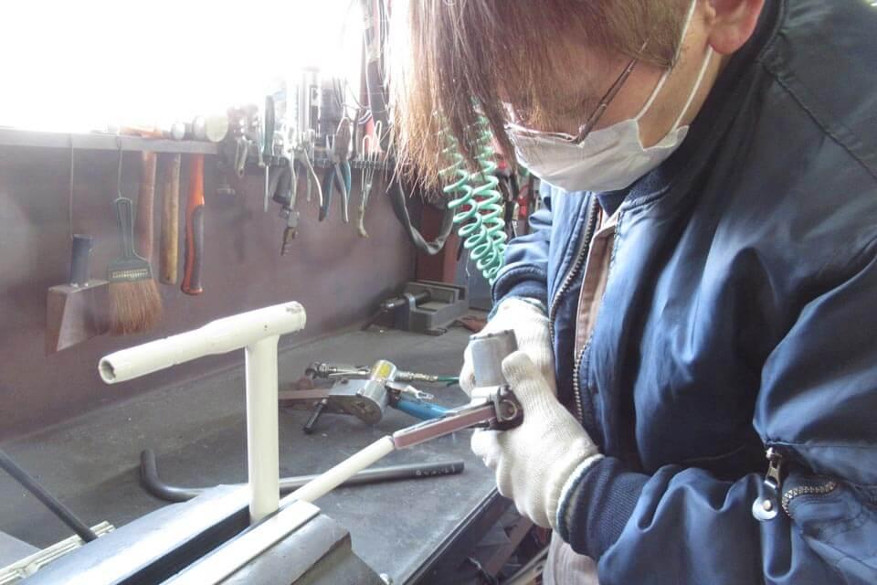 パラマウントベッドのベッドサイドレールの形状変更改造を実施 溶接箇所を丹念に仕上げ